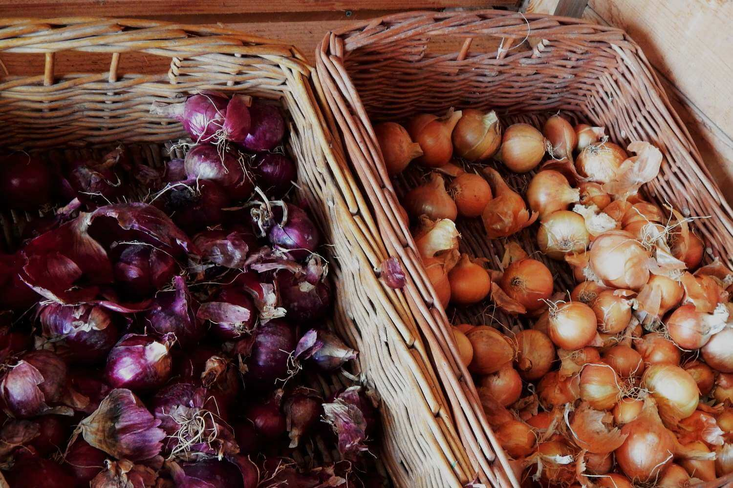 Loose red and white onions